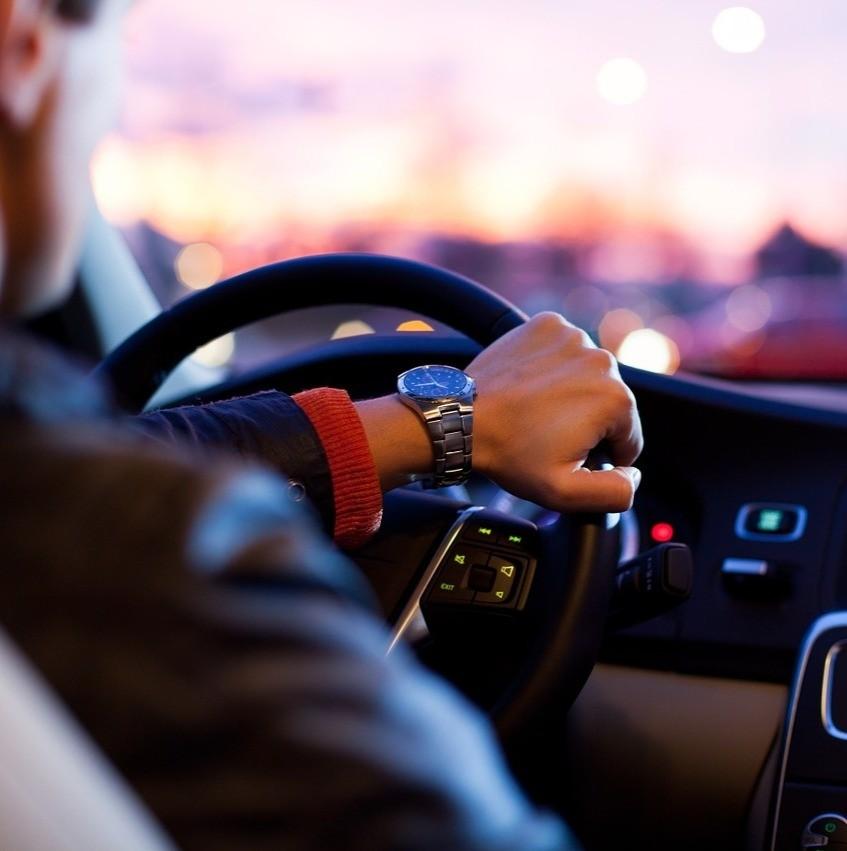 O que vale mais a pena: usar app de corridas ou comprar um carro?